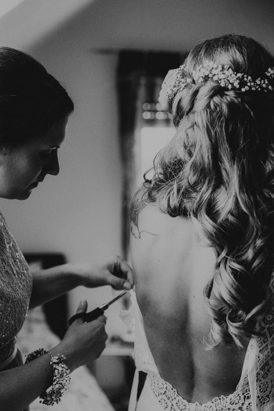 Braut vor Hochzeit im Hofgut Langeau beim Getting Ready